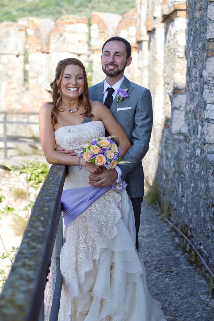 Gli sposi in un momento di relax gustandosi il magico panorama del Lago di Garda