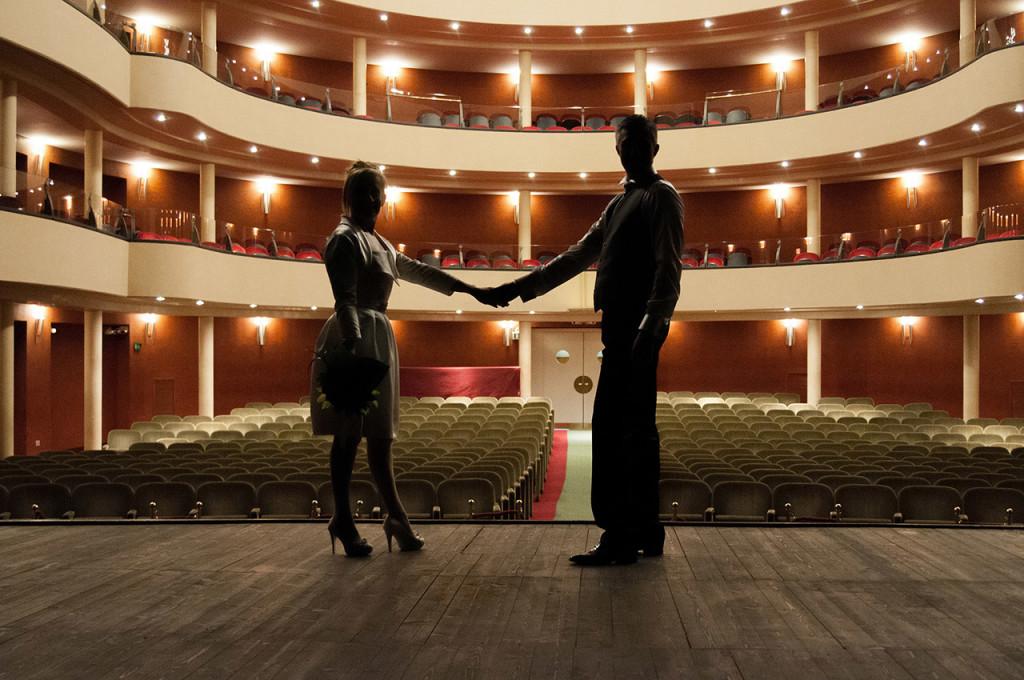 Atmosfera artistica durante il matrimonio al teatro