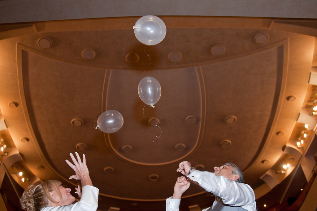 Gli sposi festeggiano in teatro il loro matrimonio